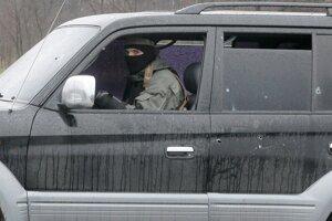Ozbrojenec v dostrieľanom aute neďaleko Slovjansku.