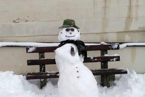 Snehuliak na lavičke pred múzeom.
