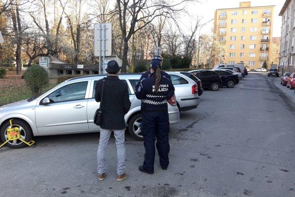Rozdávanie papúč. Parkovanie v blízkosti križovatky oceňuje mestská polícia papučami.