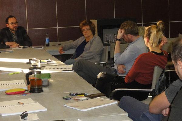 Tvorcovia aherci na čítacej skúške, zľava Marián Amsler a  Ľuba Pavelová.