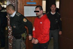Róbert s eskortou. Súd požiadal o prepustenie z väzby.