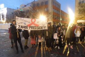 Účastníci sviečkového pochodu na námestí.