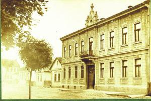 Grossmannov dom (vpravo) z roku 1916 a vzadu je dom gazdu Weinbergera.