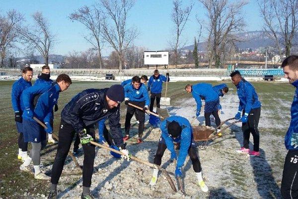 V sobotu na obed, pred tréningom, rozbíjali ľad na ihrisku aj hráči FC Nitra.