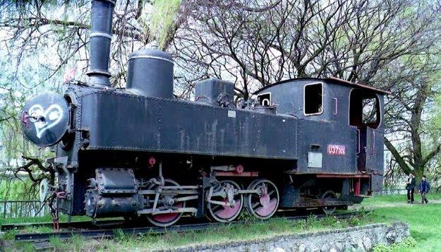 Úzkorozchodná 760 mm široká železnička tzv.Korýtko,bola odovzdaná verejnosti 7.5.1908.Dosahovala dĺžku 23,5 km a 3-5 vagónovú súpravu ťahal parný rušeň U 37.006 vyrobený začiatkom roku 1908.Úplné zrušenie ju postihlo začiatkom septembra 1974,po veľkolepých oslavách SNP,ktorému v rokoch 1944-1945 slúžila na prevoz ranených v poľnej nemocnici Korytnica.Na obr.rušeň a jediná pamiatka na zašlú slávu úzkokoľajky.