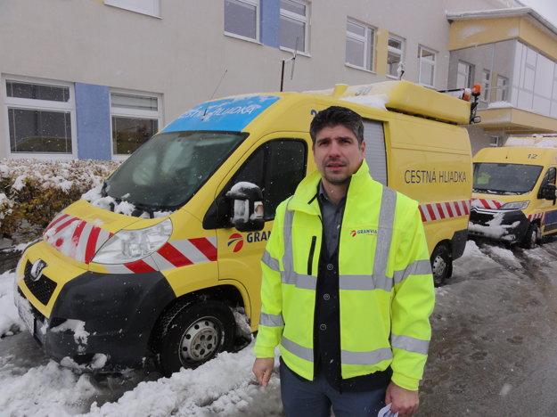 Marek Holič z Granvia Operation hovorí, že ak bude zima pokračovať týmto tempom, za sezónu minú na údržbu 50-kilometrového úseku tritisíc ton soli.