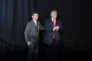 Dnes už len bývalý poradca pre národnú bezpečnosť Michael Flynn (vľavo) dostal Donalda Trumpa (vpravo) do problémov.