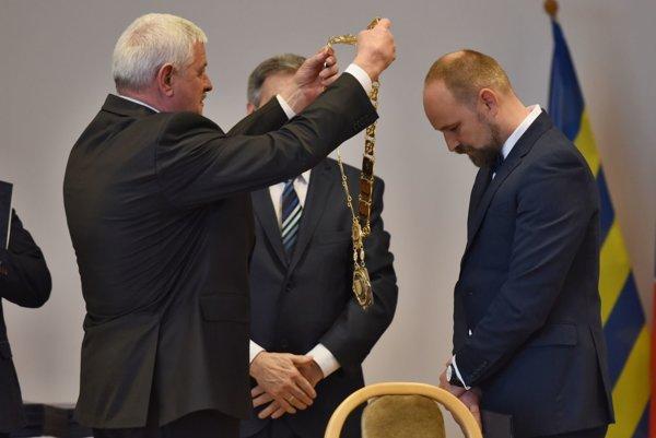 Tibor Mikuš odovzdal županské insígnie svojmu nástupcovi Jozefovi Viskupičovi.