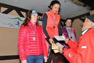 strede celková víťazka Petra Pastorová z Česka, vľavo Spišiačka Lenka Baronová (celkovo druhá  Ceny odovzdáva Ondrej Majerník