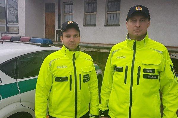 Zraneného muža priviezli do nemocnice práp. Juraj Martiš (vpravo) a ppráp. Peter Beláš.