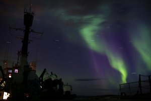 Polárna žiara nad loďou Greenpeace Arctic Sunrise.