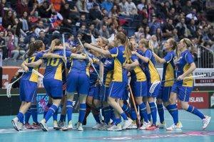 Švédske florbalistky sa radujú po jednom z gólov.