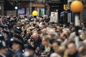 Davy ľudí sledujú smútočný sprievod. Autor: SITA/AP