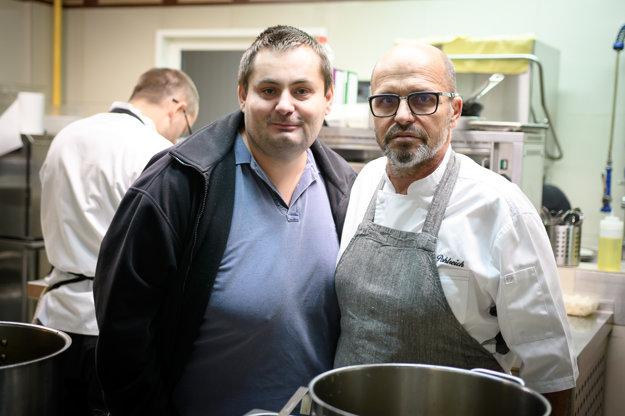 Konateľ Štefan Poláček spolu so kuchárom Zdeňkom Pohlreichom.