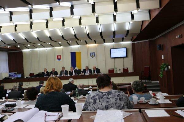Mestské zastupiteľstvo. Odhlasovalo rozpočet mesta na budúci rok.