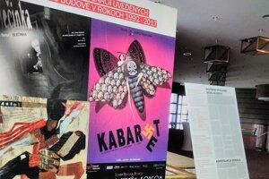 Výstava ponúka aj plagáty inscenácií uvedených v divadle.