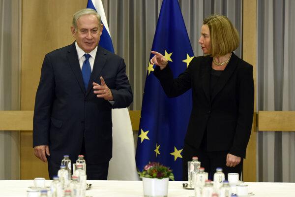 Izraelský premiér Benjamin Netanjahu so šéfkou zahraničnej politiky EÚ Federicou Mogheriniovou na schôdzke v Bruseli.