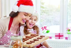 Ukuchtite si. Je jasné, že Vianoce bez vône tradičných jedál a vône, ktorá sa po dome šíri, by neboli tými pravými sviatkami. Je pravdou, že chutné pokrmy nás nielen zasýtia a zároveň plné brušká navodia pocit pohodlia. Či už na váš štedrovečerný stôl neodmysliteľne patrí kapustnica, šošovicová či rybacia polievka, záverečná bodka má v každej domácnosti sladký prísľub v podobe koláča.