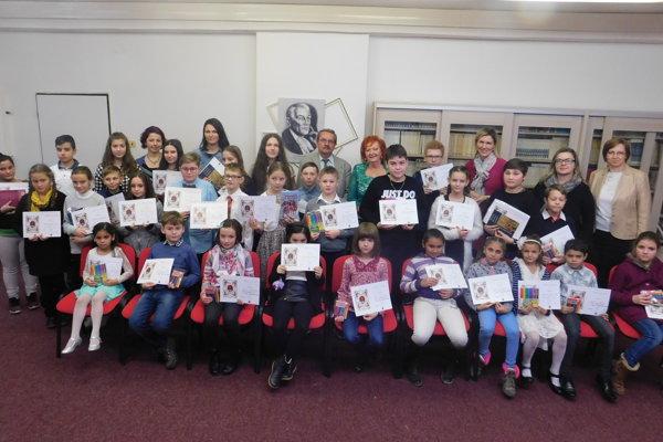 Ocenení žiaci s riaditeľkou jasovskej školy Alžbetou Mačatovou (v druhom rade v strede) a členmi poroty.