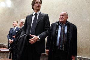 Bývalý rakúsky minister financií Karl-Heinz Grasser (v strede).