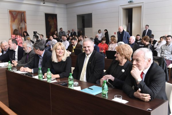 Na ústavný súd sa so sťažnosťami kvôli nevymenovaniu obrátili Ján Bernát, Jana Laššáková, Miroslav Duriš, Eva Fulcová a Juraj Sopoliga.
