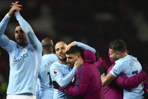 Futbalisti Manchesteru City pokračujú v skvelých výkonoch, cez víkend vyhrali aj na ihrisku mestského rivala United.