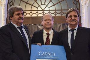 Na snímke Jozef Čapkovič (vľavo) a Ján Čapkovič (vpravo) spolu s autorom knihy Ladislavom Harsányim (uprostred).