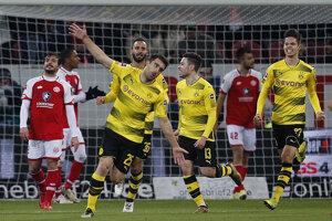Futbalisti Dortmundu sa radujú po jednom z gólov.