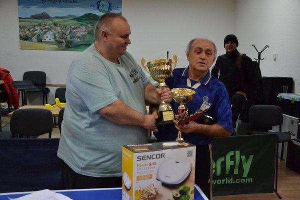 Peter Zvak odovzdáva pohár Jozefovi Kalašovi (vpravo).
