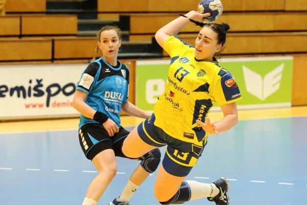 Nikoleta Trúnková z Michaloviec (vpravo) v odvete finále Slovenského pohára žien v hádzanej medzi Slovan Duslo Šaľa a Iuventa Michalovce.