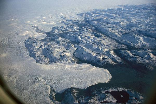 Letecký pohľad na okraj ľadovej pokrývky Grónska.