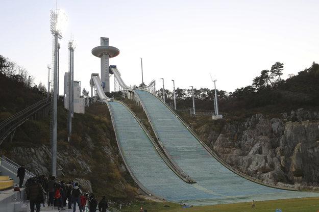 Na snímke skokanský mostík počas príprav v juhokórejskom Pjongčangu.