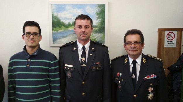 Michal Sousedek (zľava), tajomník územnej organizácie, Peter Kulan, nový predseda územného výboru a generálny sekretár DPO SR Vendelín Horváth.