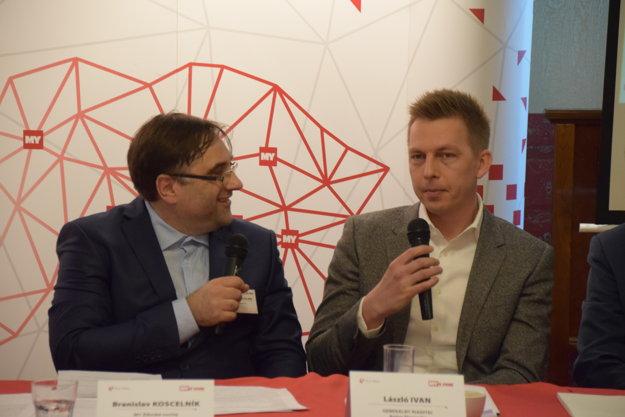 Zľava: Moderátor diskusie Branislav Koscelník a Lászlo Ivan, generálny riaditeľ Arriva Slovensko.