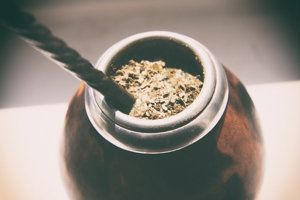 Juhoamerická bylina Yerba Maté sa pripravuje ako čaj. Dodá telu rovnaké množstvo kofeínu ako porovnateľná šálka kávy. Pomáha pri sústredení, zlepšuje pamäť, náladu a povzbudzuje k fyzickej aktivite.