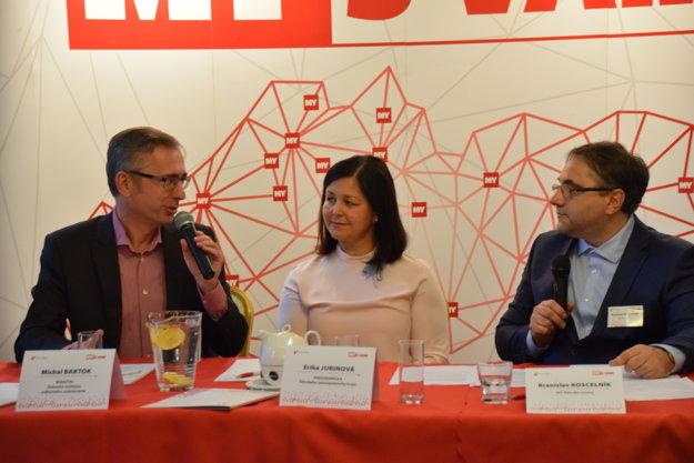 Zľava Michal Bartók, riaditeľ Štátneho inštitútu odborného vzdelávania, županka Erika Jurinová a moderátor Branislav Koscelník.