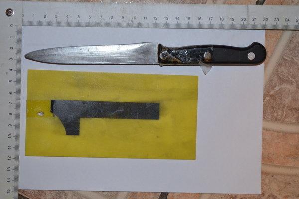 Nožom s približne 6-centimetrovou čepeľou sa muž pichol do hrudníka.