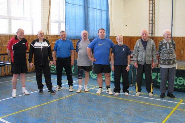 Účastníci tradičného turnaja v stolnom tenise v Kubre.