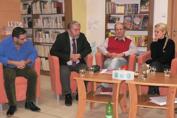 Básnici počas besedy vkrajskej knižnici – zľava Peter Kolároci, Benjamín Škreko, Milan Hodál aMirka Ábelová.