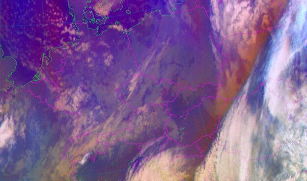 Pohľad z družice o 20.00 h, oblačnosť je už mimo Slovenska.