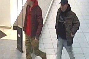 Polícia zisťuje totožnosť týchto dvoch mužov.