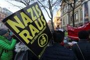 """Tisícky Rakúšanov v pondelok protestovali proti novej vláde premiéra Kurza, v ktorých budú aj radikálni slobodní. """"Nacisti preč z parlamentu,"""" píše sa na jednom z transparentov."""