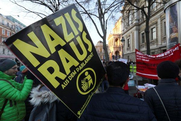 """Tisícky Rakúšanov po voľbách protestovali proti novej vláde premiéra Kurza, v ktorej sedia aj radikálni slobodní. """"Nacisti preč z parlamentu,"""" píše sa na jednom z transparentov."""
