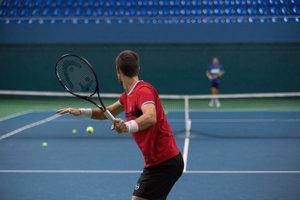 Tenista Martin Kližan (v popredí) a nový tréner slovenskej daviscupovej reprezentácie Dominik Hrbatý (vzadu) počas tréningu v NTC.