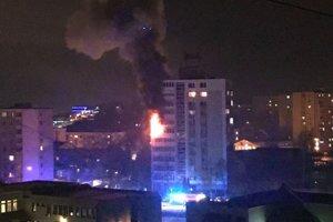 Plamene šľahali cez okno, oheň bol neúprosný.