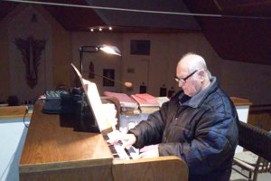 František Rehák pri hre na organ v kostole v Hornej Kráľovej.