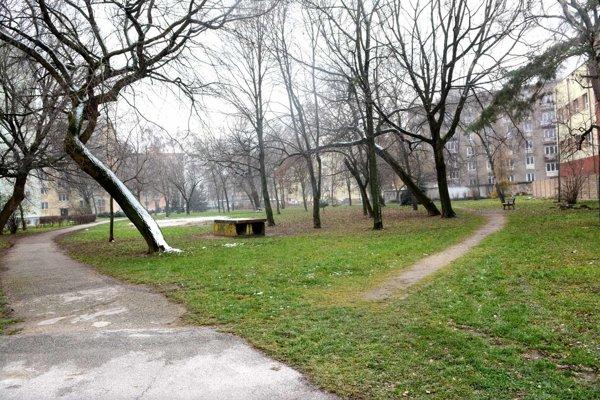 Park s chodníkom. Potme tadiaľ ľudia prechádzajú s obavami.