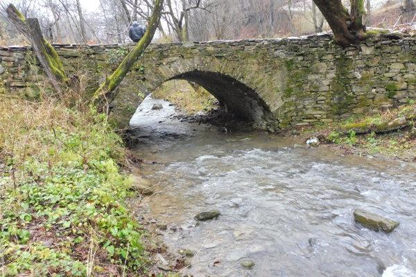Potok Stryčavka so starým kamenným mostom.