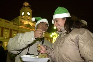 Španielsko. Dvanásť bobúľ hrozna, ktoré sa jedia s odbíjaním 12. hodiny, prináša šťastie na každý mesiac roka.