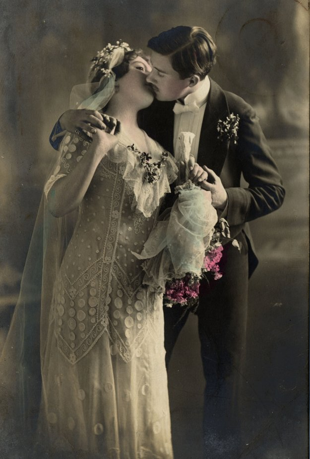 Po svadbe nasleduje prvý bozk. Šaty nevesty by mali byť z bieleho saténu.